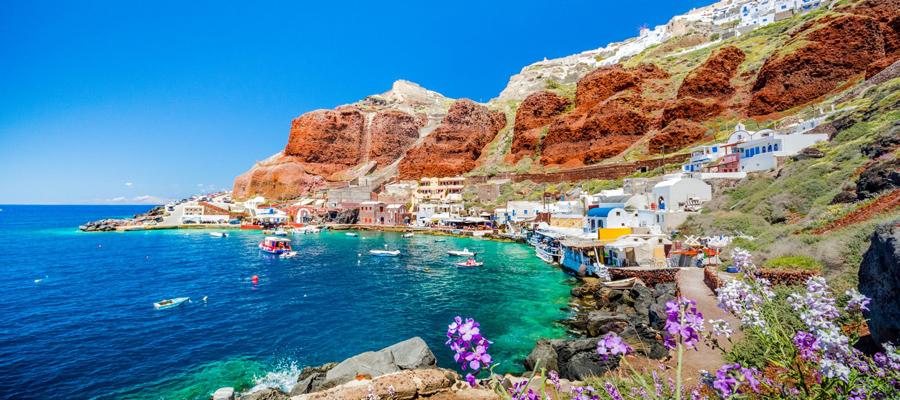 Baía Amoundi em Santorini na Grécia